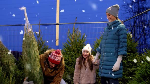 Thumbnail for Happy Family Kauf Weihnachtsbaum am Markt
