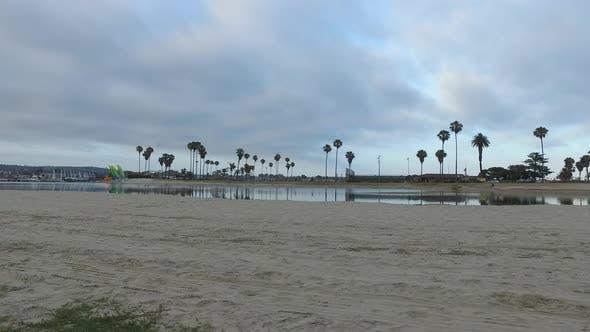 Thumbnail for Tracking-Schuss eines Mannes Joggen an der Bucht und am Strand