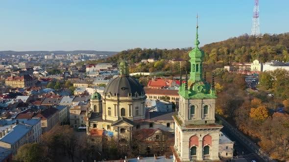Thumbnail for LuftVideo der Uspinska Kirche im zentralen Teil der Altstadt von Lemberg, Ukraine