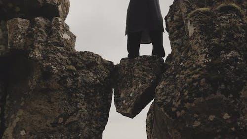 Kung-Fu-Meister posiert auf Felsen in Island