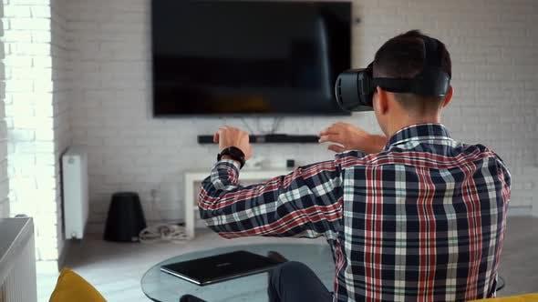 Thumbnail for Junger moderner kaukasischer Mann in einem VR-Headset