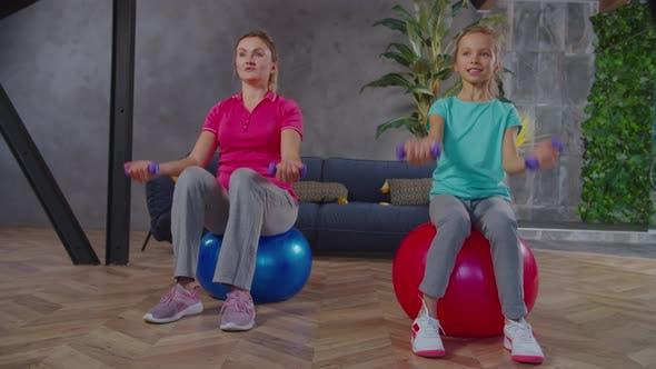 Active Fit Mama und Kind trainieren Kurzhantel Bizeps Curls