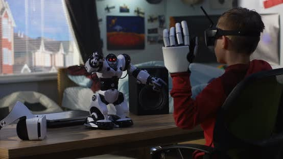 Thumbnail for Junge spielen mit seinem Spielzeug Roboter