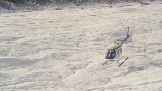 Thumbnail for Luftaufnahmen über verschneite Alaska-Berggipfel und verschneite Tundra, Drohne -Hubschrauber-Aufnahmen