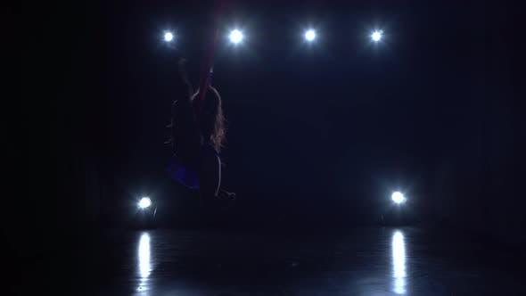 Thumbnail for Girl Aerial Gymnast Darstellend auf einer Seide in einer Zirkusbühne. Spannende Akrobatik Show