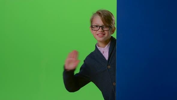 Thumbnail for Child Boy in Brille Peeks aus der Seite die Bretter auf einem grünen Bildschirm