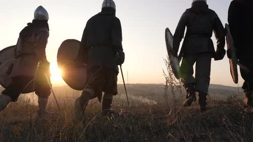 Mittelalterliche Krieger zu Fuß bei Sonnenuntergang