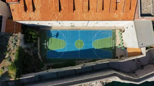 Gesunder Lebensstil. Ein Team spielt Basketball auf dem Platz. Der Blick aus der Luft auf den Basketball