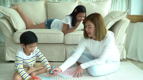 Famille asiatique dessin ensemble dans le salon