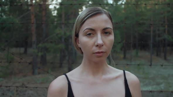 Portrait de femmes migrantes sur fond de fil barbelé
