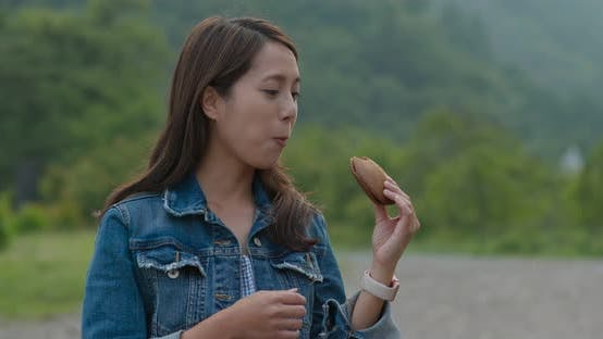 Cover Image for Woman having dorayaki with green background