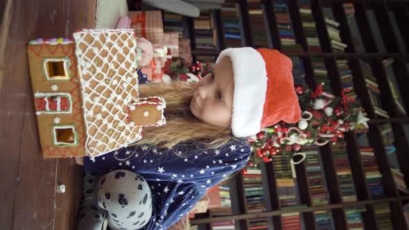 Niedliches Mädchen mit Weihnachten Lebkuchenhaus