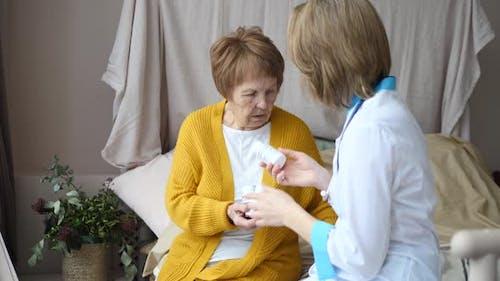 Medizinisches Rezept, Privates Zuhause Besuch und Arztbesuch Konzept.