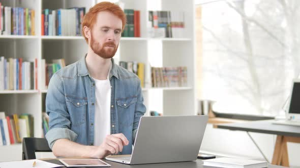 Thumbnail for Nachdenklich lässig redhead Mann denken bei Arbeit