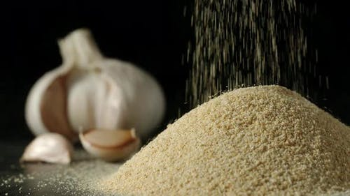 Weiße Knoblauchkörner gießen in einen Haufen