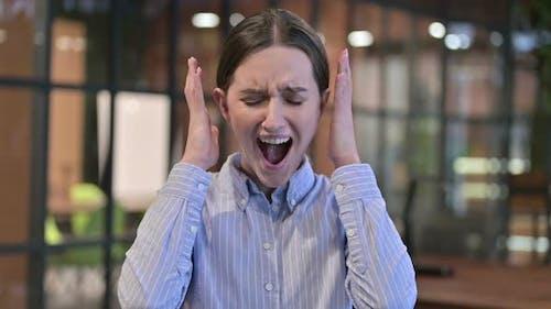 Verärgerte junge Frau schreien und schreien