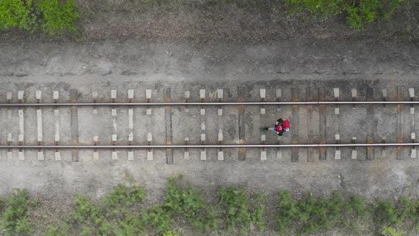 Турист с рюкзаком отправляется по железной дороге. Вид сверху. Концепция путешествия.