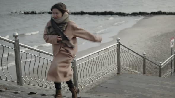 Frau läuft die Treppe hinauf