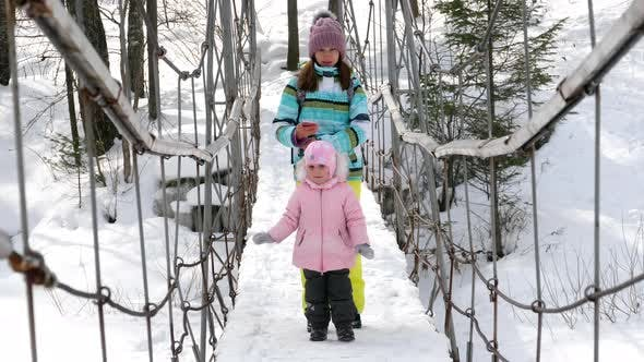 Cover Image for Mom with a Three-year-old Daughter on Suspend Bridge