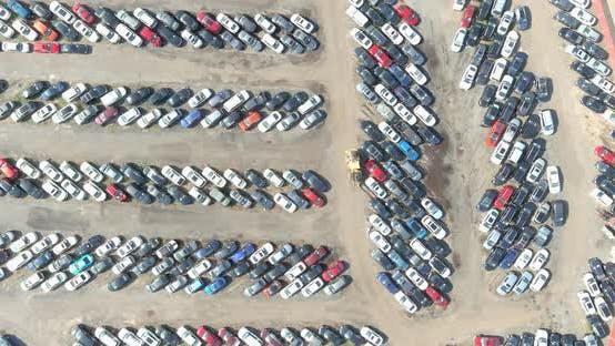 Reihen von Autos, die auf einem Autoparkplatz geparkt sind