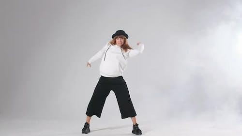 Charmantes junges professionelles Tanztraining vor dem Streetdance-Wettbewerb