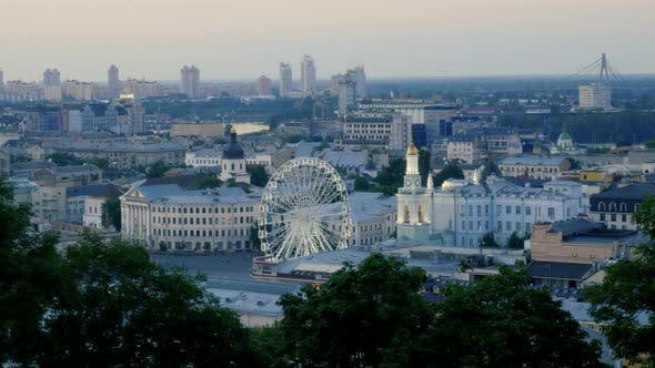 Thumbnail for Abendzeitraffer des rotierenden Riesenrads in Kiew. Contract Square in Podil District mit