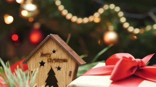 Weihnachtsgeschenkbox mit rotem Band unter Neujahrsbaum