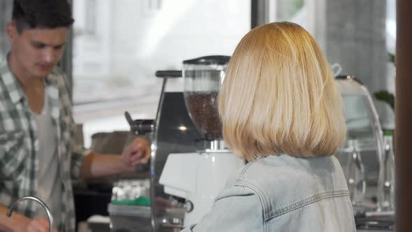Thumbnail for Junge Frau lächelnd an die Kamera nach immer eine Tasse Kaffee im Coffee Shop