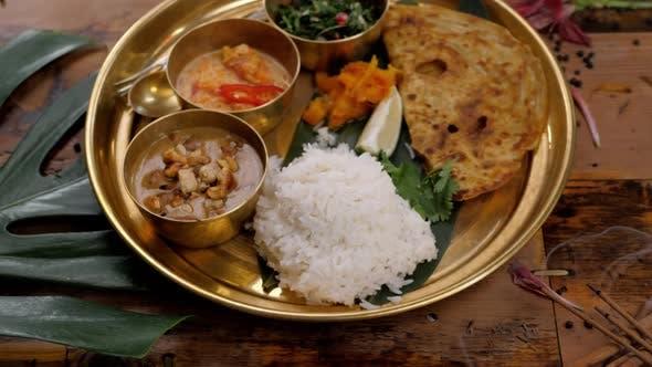 Thumbnail for Würziges Huhn Tikka Masala in Schüssel auf rustikalem Holzhintergrund. Mit Reis, Indian Naan Butterbrot