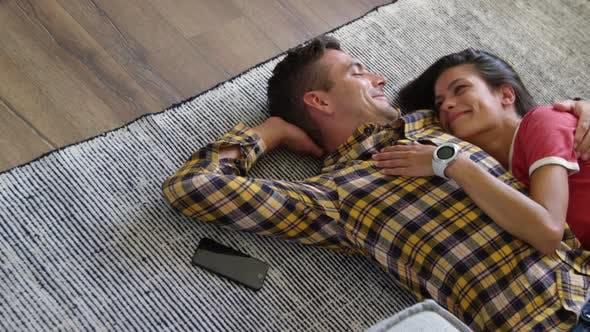 Thumbnail for Nettes Paar entspannt zusammen auf Fußmatte im Wohnzimmer zu Hause