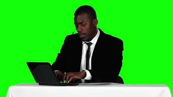 Cover Image for Call Center Operator Accepts the Order Online. Green Screen