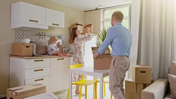 Thumbnail for Junge Familie zieht in ein neues Zuhause. Nahaufnahme Aufnahme der glücklichen jungen kaukasischen Familie Umzug in die neue