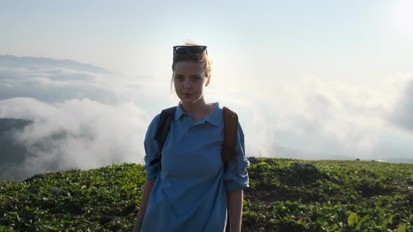 Девочка Backpacker на вершине горы
