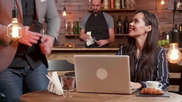 Thumbnail for Freelancer an einem Tisch in Coffee Shop wartet auf ihren Kollegen in einer Mittagspause