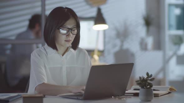 Thumbnail for Asiatische Geschäftsfrau Arbeiten Überstunden