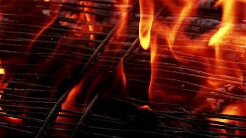 Kohlefeuer brennt auf Grill