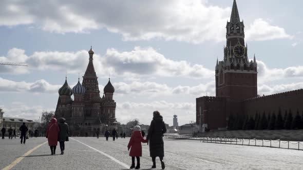 Thumbnail for Menschen besuchen den Roten Platz in Moskau