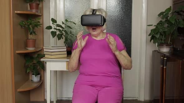 Thumbnail for Senior Großmutter setzen auf virtuelle Headset-Brille und beobachten 3D Video in 360 Vr Helm zu Hause