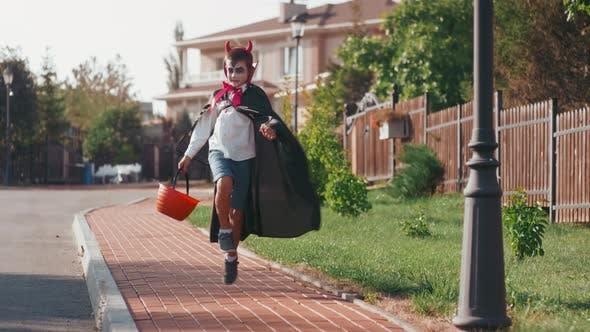 Slowmo des Jungen in Halloween-Kostüm gehen Trick-oder-Behandlung