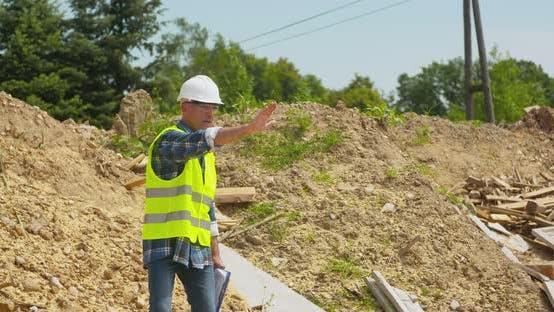 Thumbnail for Männlich Ingenieur erklären, während halten Blueprint