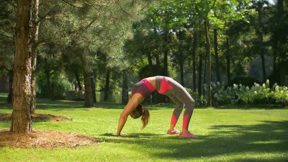Thumbnail for Fit sportliche Frau tun Backbend Übung im Freien