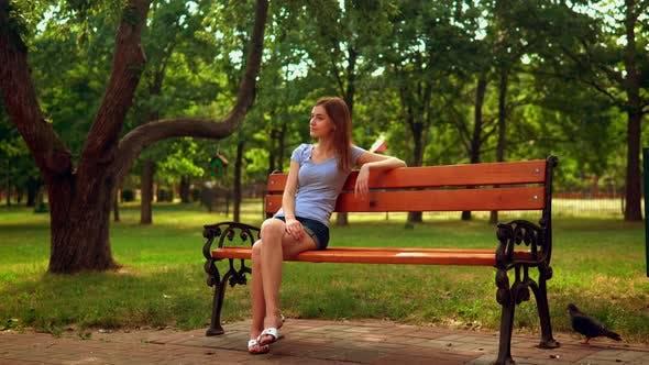 Thumbnail for Porträt Fröhlich kaukasischen Weibchen Ruhen im Freien