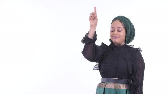 Thumbnail for Gestresste junge afrikanische muslimische Frau denken und zeigen nach oben