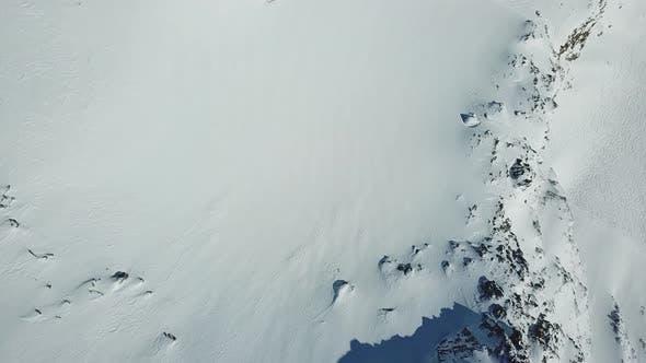 Luftbild Drohne Blick auf schneebedeckte Berge im Winter.
