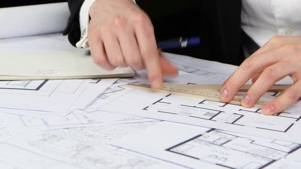 Thumbnail for Made Engineer korrigiert Fehler auf der Bleistiftzeichnung. Nahaufnahme