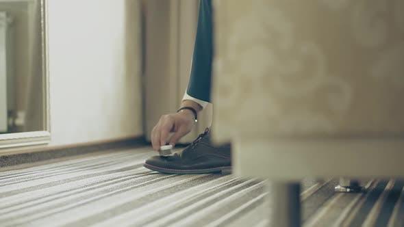 Thumbnail for Junger Mann reinigt seine Schuhe, Nahaufnahme