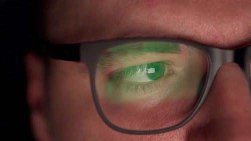 Ein Mann surft im Internet, eine Nahaufnahme von Brillen.