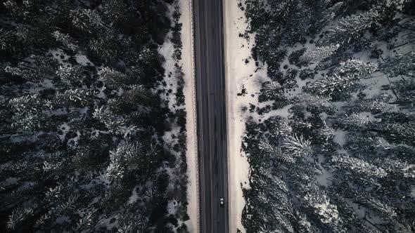 Thumbnail for Drohne über verschneiten Berg Road Trip Umgeben von verschneiten bedeckten Bäumen