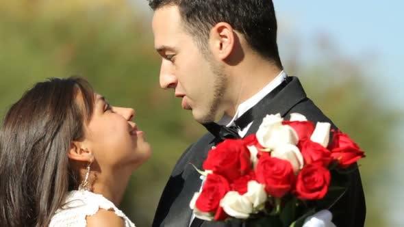 Thumbnail for Braut und Bräutigam bei Hochzeit Kuss