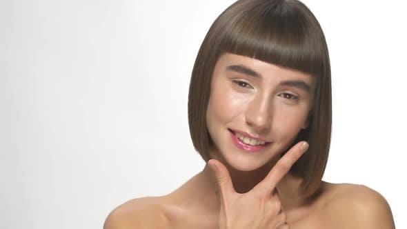 Porträt einer hübschen Frau mit schönem Lächeln